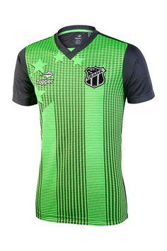 A Camisa de treino traz o neon como cor predominante, além de ter como destaque um grafismo com o nome do clube em preto na parte frontal da peça e o logo Sou Mais.