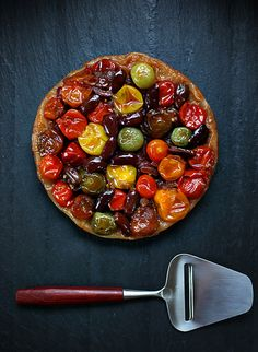 Caramelized Tomato Tart (use a vegan puff pastry and butter. Vegetarian Recipes, Cooking Recipes, Healthy Recipes, Quiches, I Love Food, Soul Food, Food Inspiration, Food Photography, Food Porn