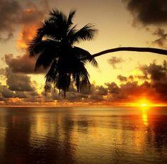 www.delunademiel.es Muy al Oeste Hawaii es conocida por sus magnificos atardeceres y para muestra esta foto.