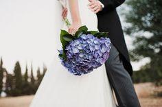Ramo de novia con hortensias moradas {Foto, Pedro Bellido} #bridalbouquet #spain