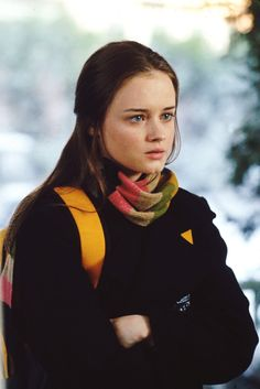 """Gilmore Girls """"Love and War and Snow"""" Rory Gilmore Style, Lorelai Gilmore, Rory Gilmore Hair, Gilmore Girls Fashion, Gilmore Girls Seasons, Rory And Logan, Glimore Girls, Alexis Bledel, Look Cool"""