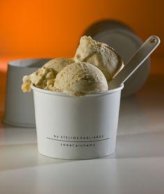 Με μόλις τέσσερα υλικά και χωρίς αυγά, αυτό το παγωτό έχει γεύση που θυμίζει χαλβά ή παστέλι.