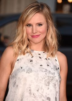 Kristen Bell glows with perfectly placed highlighter and a subtle pink lip. Kristen Bell, Wavy Lob, Wavy Bob Hairstyles, Medium Hairstyle, Celebrity Hairstyles, Lob Haircut, Mid Length Hair, Celebrity Beauty, Pink Hair
