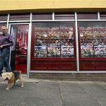 Β. Ιρλανδία: Ζωγραφίζουν τα άδεια καταστήματα για να φαίνονται γεμάτα  http://viewother.blogspot.gr/2013/06/blog-post_6087.html
