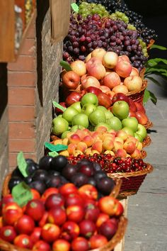 I love fresh fruit, and the farmer's market. Fruit And Veg, Fruits And Vegetables, Fresh Fruit, Gourmet Food Store, Gourmet Recipes, Fruit Recipes, Bountiful Harvest, Beautiful Fruits, Harvest Time