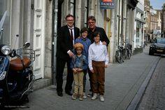 Enkele hoofdrolspelers uit de videoclip DE KLEINE ONDERNEMER (Het Goede Doel - album: OVERWERK) van Raymond van Hoorn.