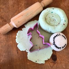 DIY Glitzer-Duft-Knete. Rezept auf der Homepage im Tagebuch #sinneskarussell #glitzer #diy #diymitkindern #diyknete #osterndeko #osternmitkindern Dairy, Cheese, Food, Game Ideas, Diary Book, Recipies, Essen, Meals, Yemek