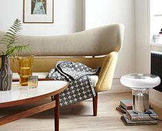 """Mit dem """"Baker Sofa"""" von Finn Juhl und weiteren Möbeln und Accessoires im Retro-Stil ziehen die 50er-Jahre bei uns ein - mit organischen Formen und sanften..."""