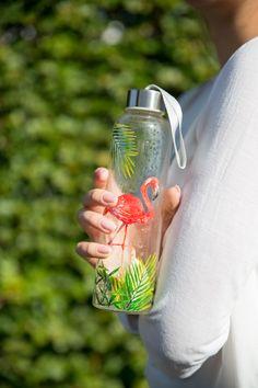"""Hol dir eine Erfrischung mit unserer """"Tropical Flamingo Glass Bottle 550ml"""", kühlem Wasser und frischen Früchten!  #ppd #paperproductsdesign #glassbottle #glasflasche #trinkflasche #tropical #tropisch #flamingo #2go #togo #travel #reisen #fruits #früchte #erfrischung #trend"""
