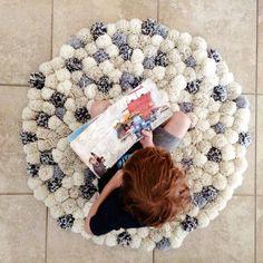 como fazer tapete de pompom branco e cinza