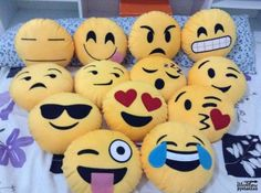 Como hacer almohadas de emoticones Felt Patterns, Stuffed Toys Patterns, Emoji Patterns, Felt Diy, Felt Crafts, Emoji Craft, Emoji Love, Homemade Crafts, Softies