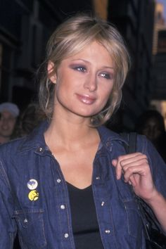 Picture your favorite trends from back then, like white eyeshadow, frosty lipstick, and pretty pink blush. 2000s Makeup, 90s Makeup Look, Edgy Makeup, Black Girl Makeup, Makeup Looks, Makeup Geek, Paris Hilton Hair, Paris Hilton Style, Makeup Trends