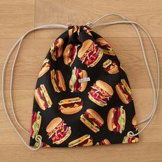 Die schönsten Geschenke sind selbst gemacht! Überrasche deine Liebsten mit einem selbst genähten Turnbeutel. Bei über 2000 Stoffen ist für jede(n) das richtige dabei! #diy #geschenk #selbst #selber #nähen #geschenkidee #selbstgemacht #selbermachen #turnbeutel #anleitung für #anfänger #einfach #festival #festivalbag #raverbag Drawstring Backpack, Backpacks, Bags, Simple, Cinch Bag, Homemade, Tutorials, Nice Asses, Handbags