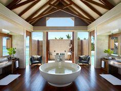 could you imagine! outside shower indoor bath! LOVE