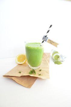 ☛ It`s Detox Time! Im prokopp Detox Smoothie steckt Kokoswasser, fisches grünes Gemüse, Banane, Brenneselpulver, Zitrone und Kokosmus. #entgiften #prokopp