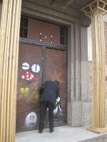 porte d'entrée encadrée par des colonnes réalisées par des élèves en école d'architecture à l'INSA 4 rue du Bassin d Austerlitz (Neudorf) Strasbourg