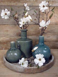 Dienblad met drie vazen en vier bloemen