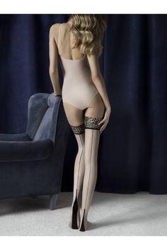 Le modèle le plus féroce dans la collection Storia. Couleur LUST, Lin mat avec une jarretière à motifs douce et lisse. Ligne couture le long de la jambe, couronné d'un motif décoratif sur le talon. Talon et pointe renforcés.