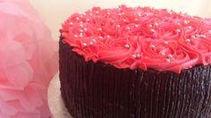 Tarta de chocolate con fresa. Aprende a hacerla  en este video: http://www.youtube.com/watch?v=la19O6cQMYA&list=UUi8sW5NhPPiQsja_laI7yvA&feature=share
