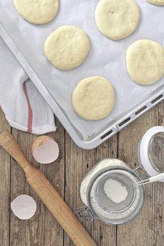 Φουρνιστοί λουκουμάδες με κρέμα (bomboloni) Cinnamon Rolls, Food Porn, Food And Drink, Cupcakes, Cream, Sweets, Cookies, Baking, Desserts