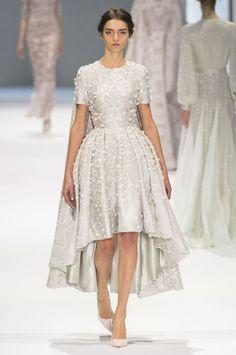 Suknie ślubne z pokazów haute couture wiosna-lato 2015 - Moda - ELLE.pl - trendy wiosna lato 2015, modne fryzury, manicure 2015, street fashion, gwiazdy, luksusowy serwis dla kobiet