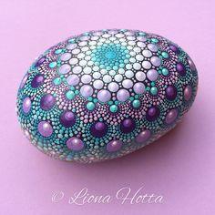 Dies ist ein lila und Aqua Farben Mandala-Stein, die ich mit Präzision und Freude (und Acrylfarbe natürlich) gemacht. Ich habe sehr viel schaffen es und glücklich, es gibt für Sie in sie zu verlieben. Es ist ca. 11,5 x 9 cm, und es ist mit mattem Lack versiegelt. Es eignet sich für