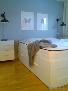 Käy lukaisemassa blogissa kuinka saat makuuhuoneen toimivammaksi. Ei tarvitse tuskailla lattialla pyörivän päiväpeiton kanssa enää. http://www.sisustuspialahti.com/yleinen/bedit-paivapeitto-muutti-meille/