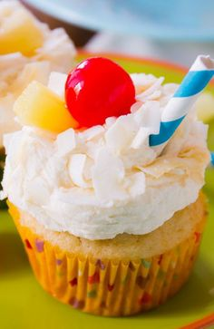 Pina Colada Cupcakes - moist pineapple coconut cupcakes topped with coconut frosting. Tastes like your favorite tropical cocktail! Mmm sounds like it would taste good Summer Cupcakes, Summer Desserts, Just Desserts, Delicious Desserts, Yummy Food, Sweet Cupcakes, Cupcake Flavors, Cupcake Recipes, Cupcake Cakes