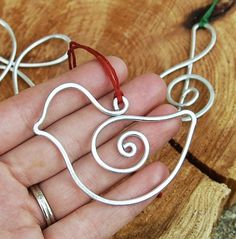 By Karismabykarajewelry - I craft these cute bird ornaments out of thick aluminum wire. Choose between red string, green string, or red and green twisted string. Wear it as a necklace! All Things Christmas, Christmas Fun, Holiday Fun, Christmas Decorations, Christmas Ornaments, Homemade Christmas, Wire Crafts, Christmas Projects, Holiday Crafts