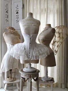 Shabby Chic corsets and antique mannequins Lingerie Vintage, Corset Vintage, Vintage Mannequin, Victorian Corset, Victorian Era, Victorian Dresses, Edwardian Era, Vintage Lace, Vintage Style