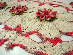 Jogo de tapetes feito com barbante número 6 nas cores de sua preferência. Medida: 82 cm x 45 cm.