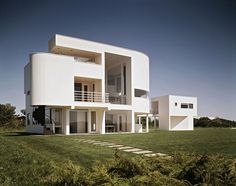 Built by Richard Meier & Partners Architects in East Hampton, United States with date Images by Ezra Stoller/Esto. One of the earliest built works of Richard Meier, The Saltzman House, completed in is one of several Meier-desi. Richard Meier, Architecture Résidentielle, Beautiful Architecture, Contemporary Architecture, Richard Rogers, House 3d Model, Building Elevation, Arch House, Unique Buildings