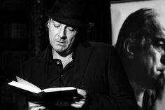 """O espetáculo sucesso de público """"Poema Bar"""", estrelado por Alexandre Borges, volta ao palco do Teatro SESI para duas apresentações, nos dias 6 e 7, às 21h. A entrada é Catraca Livre."""