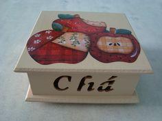 Caixa para chá bege com quatro divisórias , detalhe de maçãs de patchworck . www.elo7.com.br/esterartes