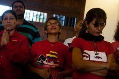 Simpatizantes del presidente venezolano Hugo Chávez oran por su salud. Caracas. EFE