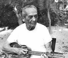 """Luis Mariano Rivera (19 de agosto de 1906/15 de marzo de 2002) fue un compositor, poeta, dramaturgo y """"cantista"""", como él mismo se hacía llamar, oriundo del poblado del Valle de Canchunchú en el estado Sucre, muy cerca de la ciudad de Carúpano."""