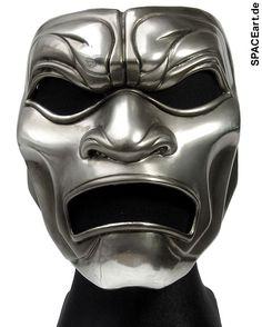 300: Immortal Maske ... http://spaceart.de/produkte/300002.php ... Diese Maske der Unsterblichen (The Immortal) aus dem Film 300 von Frank Miller ist eine exakte und detailgenaue Replikation der original Filmrequisite und lässt sich natürlich auch tragen. Sie besteht aus Fiberglas und ist mit einem sehr authentisch aussehenden Metallfinish versehen. Die Öffnungen an Augen und Mund sind von innen mit einem halbdurchsichtigen schwarzen Stoff abgedeckt, so dass man beim Tragen von außen die ...