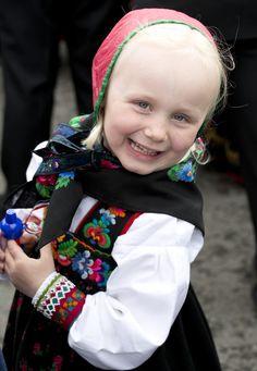 Hallingbunad sydd med gammel jentebunad fra Liagardane som forbilde. Søm, frihåndsbroderi og foto: Heidi Fossnes. Hjelp og rettledning: Vibeke Hjønnevåg.