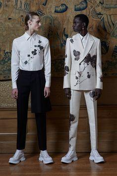 The complete Alexander McQueen Spring 2020 Menswear fashion show now on Vogue Runway. Live Fashion, Fashion 2020, Mens Fashion, Fashion East, High Fashion Men, Men Fashion Show, La Mode Masculine, London Fashion Weeks, Mode Inspiration