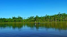 Maravillosa vista en el Río Huallaga, a pocos kilómetros de Yurimaguas, antes de llegar al caserío Muniches.  El río, la selva, el cielo.