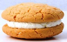 Υλικά για 40 αμυγδαλωτά: 550 γρμ. αμύγδαλα καβουρδισμένα 320 γρμ. ζάχαρη άχνη 2 ασπράδια αυγού 1/3 κουτ. γλ. άρωμα πικραμύγδαλου 2 κουτ. γλ. εσάνς βανίλιας 40 ολόκληρα αμύγδαλα, ωμά Εκτέλεση: 1. Βάζουμε Hamburger, I Am Awesome, Bread, Cooking, Sweet, Cakes, Food, Recipes, Kitchen