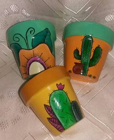 A More macetas pintadas Feria de Quilmes Flower Pot Crafts, Clay Pot Crafts, Rock Crafts, Arts And Crafts, Painted Clay Pots, Painted Flower Pots, Pop Up Flower Cards, Clay Pot People, Flower Pot Design