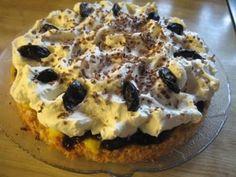 Dette er ei kake som eg kallar Sviskekake og har botn av kokos, eit lag eggekrem, eit lag med sviskekompott og krem på toppen. Let Them Eat Cake, Yummy Cakes, Sushi, Waffles, Food And Drink, Low Carb, Coconut, Muffins, Snacks