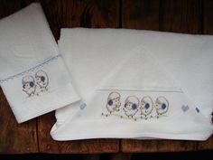 Kit de toalhas -  toalha de banho com capuz e toalha de babinha em atoalhado 100% algodão, bordadas manualmente em ponto cruz. R$ 77,50