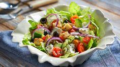 Μεσογειακη σαλατα με τυρι και ελιες