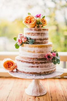 Love this naked wedding cake for a lovely summer wedding! Photo: Sarah Tonkin Photography