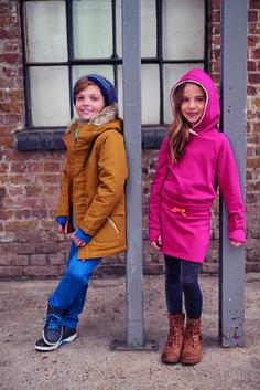 Mädels tragen in Herbst/Winter lässige einfarbige Sweat-Kleider mit rustikalen Schnürboots und Jungs bleiben sportlich und lässig mit Parker und gefütterten Sneaker (Marke: Bench Kids)