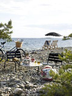waterside picnic