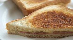 Sándwich de jamón y queso     Bocadillos fríos y calientes, perritos (hot dogs), sándwiches y hamburguesas (burguers).     http://www.maremondo.es/