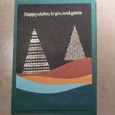 Dit is weer een prachtige kaart van Ingrid Nellen. Ze gebruikte de Curvy Dies. Deze komen uit een productpakket dat vanaf volgende maand voor klanten beschikbaar is maar nu al voor demonstratrices te koop is. Het is een geweldige set om de voorgrond mee te maken en alle kleuren van de combinatie te tonen. De kleuren knallen extra van de kaart vanwege het gebruik van zwart kaartkarton in de achtergrond. Bovendien biedt het een mooi contrast met de embossing van de spreuk en kerstbomen.
